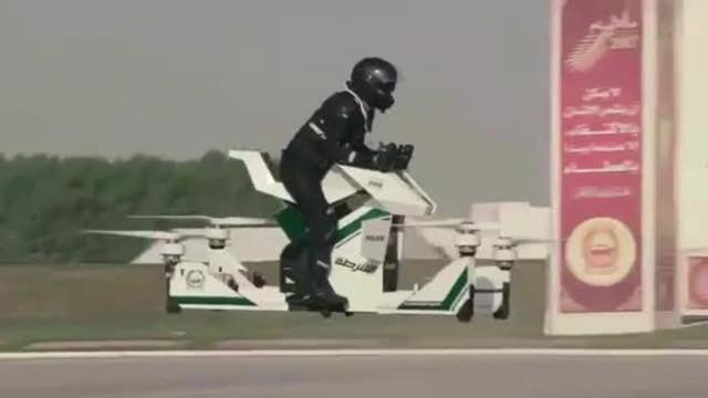 A DUBAI, LA POLIZIA VOLA (LETTERALMENTE) IN MOTO!